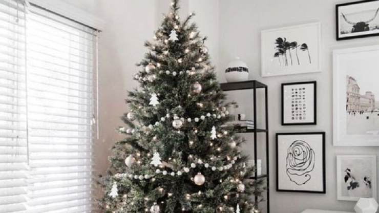 https://ilikeinteriors.nl/wp-content/uploads/2020/11/These-Scandinavian-Christmas-Tree-Ideas-Will-Inspire-a-Home-Makeover_2_740x416_acf_cropped.jpg